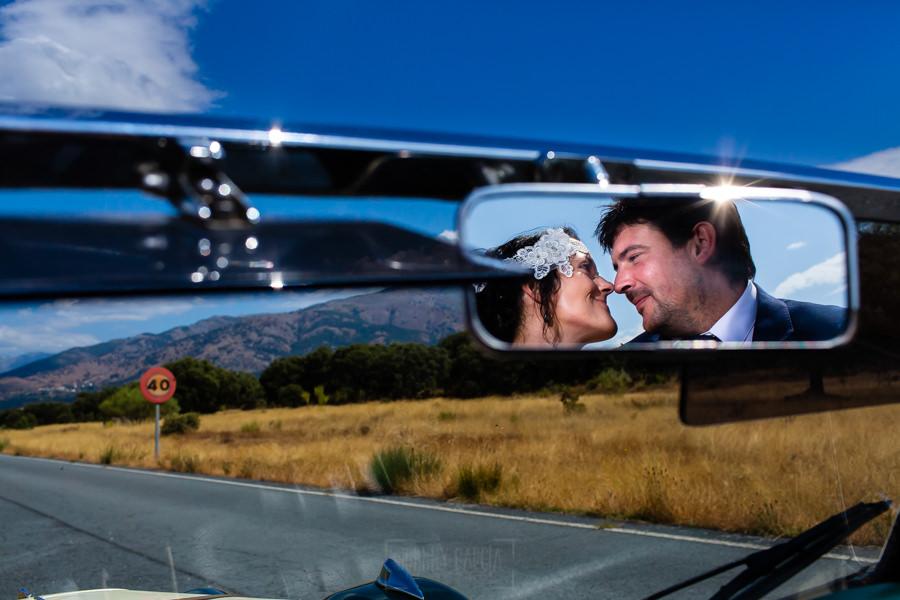 Boda en Segura de Toro de Araceli y César, captada fotográficamente por elfotógrafo de bodas en Cáceres Johnny García, los novios reflejados en el espejo retrovisor del coche.