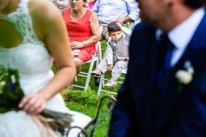 Boda en Segura de Toro de Araceli y César, captada fotográficamente por elfotógrafo de bodas en Cáceres Johnny García, el pequeño de la pareja se emociona en la ceremonia.