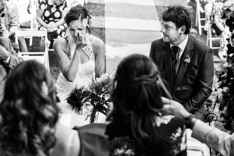 Boda en Segura de Toro de Araceli y César, captada fotográficamente por elfotógrafo de bodas en Cáceres Johnny García, la novia emocionada.