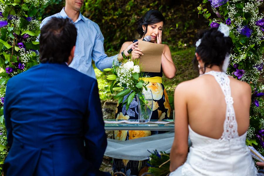 Boda en Segura de Toro de Araceli y César, captada fotográficamente por elfotógrafo de bodas en Cáceres Johnny García, la hermana de la novia se emociona al dedicarle unas palabras a los recién casados.