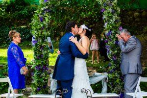 Boda en Segura de Toro de Araceli y César, captada fotográficamente por elfotógrafo de bodas en Cáceres Johnny García, la pareja se besa durante la ceremonia.