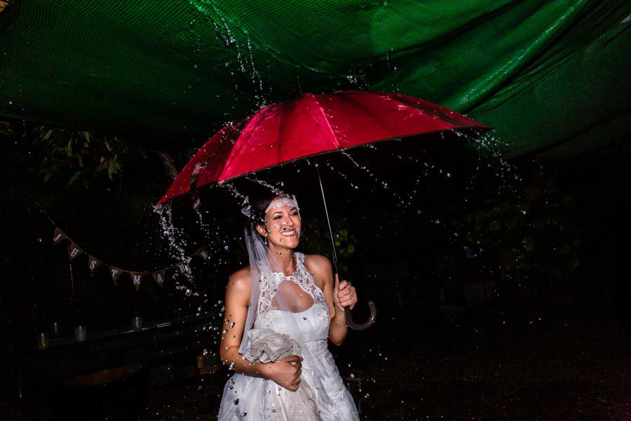 Boda en Segura de Toro de Araceli y César, captada fotográficamente por elfotógrafo de bodas en Cáceres Johnny García, la novia baila sobre la lluvia en la fiesta.