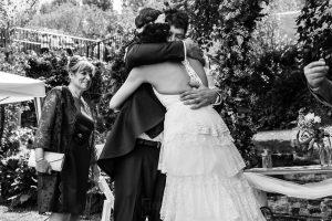 Boda en Segura de Toro de Araceli y César, captada fotográficamente por elfotógrafo de bodas en Cáceres Johnny García, los novios se abrazan al verse.