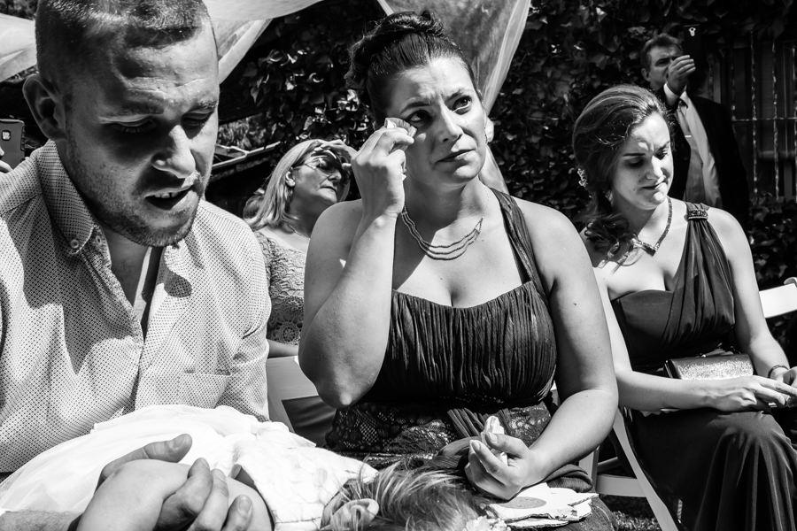 Boda en Segura de Toro de Araceli y César, captada fotográficamente por elfotógrafo de bodas en Cáceres Johnny García, la hermana de César emocionada.