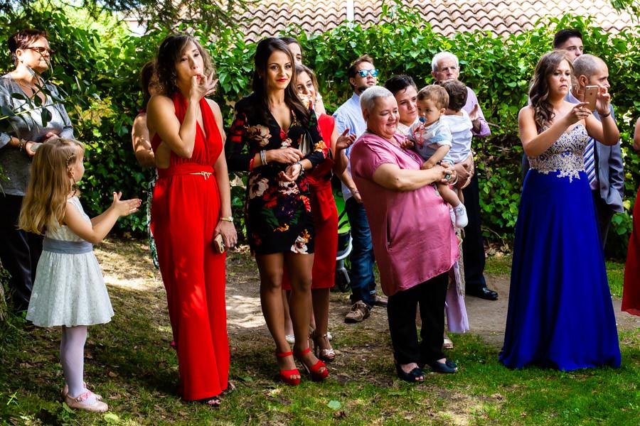 Boda en Segura de Toro de Araceli y César, captada fotográficamente por elfotógrafo de bodas en Cáceres Johnny García, invitados jaleando a los novios.