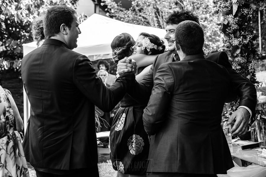 Boda en Segura de Toro de Araceli y César, captada fotográficamente por elfotógrafo de bodas en Cáceres Johnny García, los novios reciben las felicitaciones de sus amigos.