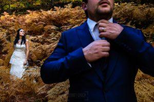 Boda en Segura de Toro de Araceli y César, captada fotográficamente por elfotógrafo de bodas en Cáceres Johnny García, foto de la sesión de postboda, en primer término César.