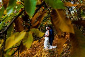 Boda en Segura de Toro de Araceli y César, captada fotográficamente por elfotógrafo de bodas en Cáceres Johnny García, losnovios entre las hojas de los castaños