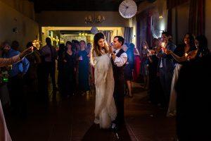 Boda en Hervás de Yolanda e Ignacio, foto realizada por el fotógrafo de bodas en Cáceres Johnny García. La novia baila con su padre.