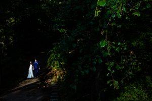Boda en Hervás de Yolanda e Ignacio, foto realizada por el fotógrafo de bodas en Cáceres Johnny García. Los novios iluminados con un rayo de luz.