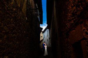 Boda en Hervás de Yolanda e Ignacio, foto realizada por el fotógrafo de bodas en Cáceres Johnny García. La pareja en una de las calles del Barrio Judio de Hervás.