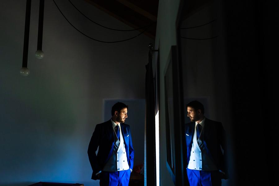 Boda en Hervás de Yolanda e Ignacio, foto realizada por el fotógrafo de bodas en Cáceres Johnny García. Un retratoi del novio en su habitación.
