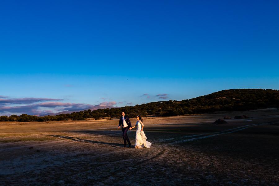 Boda en Hervás de Yolanda e Ignacio, foto realizada por el fotógrafo de bodas en Cáceres Johnny García. La pareja da un paseo por la orilla del pantano.