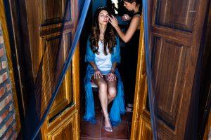 Boda en Hervás de Yolanda e Ignacio, foto realizada por el fotógrafo de bodas en Cáceres Johnny García. Yolanda se maquilla.