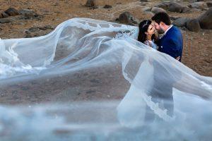 Boda en Hervás de Yolanda e Ignacio, foto realizada por el fotógrafo de bodas en Cáceres Johnny García. Foto de la pareja jugando con el velo.