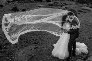 Boda en Hervás de Yolanda e Ignacio, foto realizada por el fotógrafo de bodas en Cáceres Johnny García. El aire eleva el velo de la novia.