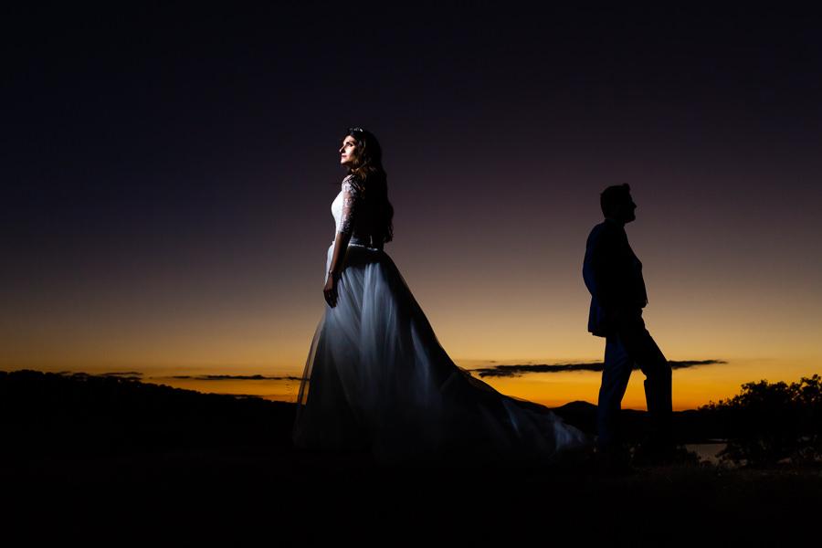 Boda en Hervás de Yolanda e Ignacio, foto realizada por el fotógrafo de bodas en Cáceres Johnny García. Retrato de los novios al atardecer.