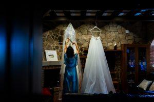 Boda en Hervás de Yolanda e Ignacio, foto realizada por el fotógrafo de bodas en Cáceres Johnny García. La novia junto a su vestido.