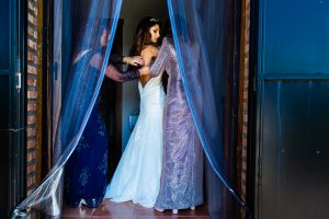 Boda en Hervás de Yolanda e Ignacio, foto realizada por el fotógrafo de bodas en Cáceres Johnny García. La novia comienza a vestirse.