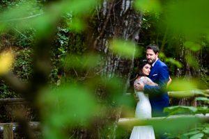 Boda en Hervás de Yolanda e Ignacio, foto realizada por el fotógrafo de bodas en Cáceres Johnny García. Los novios abrazados en el jardín.