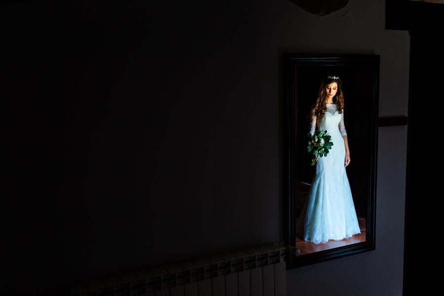 Boda en Hervás de Yolanda e Ignacio, foto realizada por el fotógrafo de bodas en Cáceres Johnny García. Retrato a través del espejo de la novia.