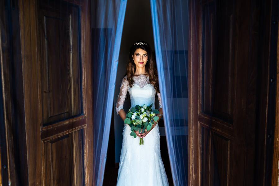 Boda en Hervás de Yolanda e Ignacio, foto realizada por el fotógrafo de bodas en Cáceres Johnny García. La novia recién vestida.