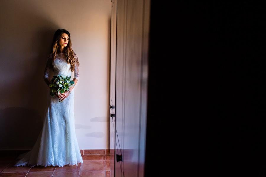 Boda en Hervás de Yolanda e Ignacio, foto realizada por el fotógrafo de bodas en Cáceres Johnny García. Foto de la novia antes de salir a la ceremonia.