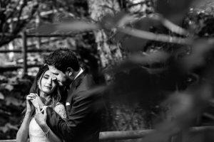 Boda en Hervás de Yolanda e Ignacio, foto realizada por el fotógrafo de bodas en Cáceres Johnny García. Retrato en blanco y negro de los novios.