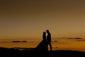 Boda en Hervás de Yolanda e Ignacio, foto realizada por el fotógrafo de bodas en Cáceres Johnny García. Una foto con la puesta de sol de la pareja.