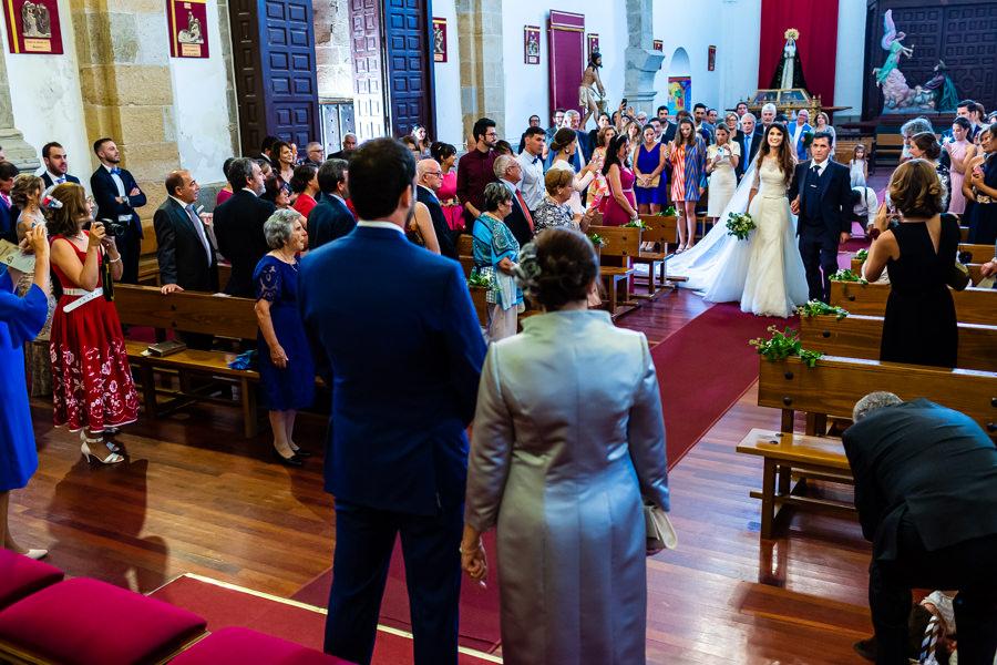 Boda en Hervás de Yolanda e Ignacio, foto realizada por el fotógrafo de bodas en Cáceres Johnny García. Entrada a la iglesia de la novia.