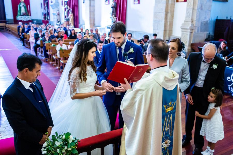 Boda en Hervás de Yolanda e Ignacio, foto realizada por el fotógrafo de bodas en Cáceres Johnny García. Momento del intercambio de anillos entre los novios.
