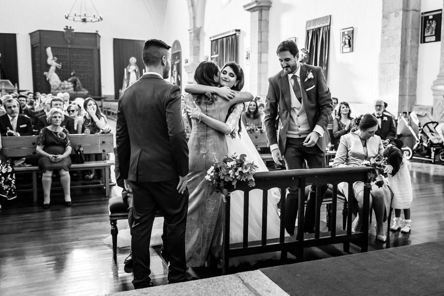Boda en Hervás de Yolanda e Ignacio, foto realizada por el fotógrafo de bodas en Cáceres Johnny García. Yolanda abraza a su hermana después de ésta dedicarle unas palabras.