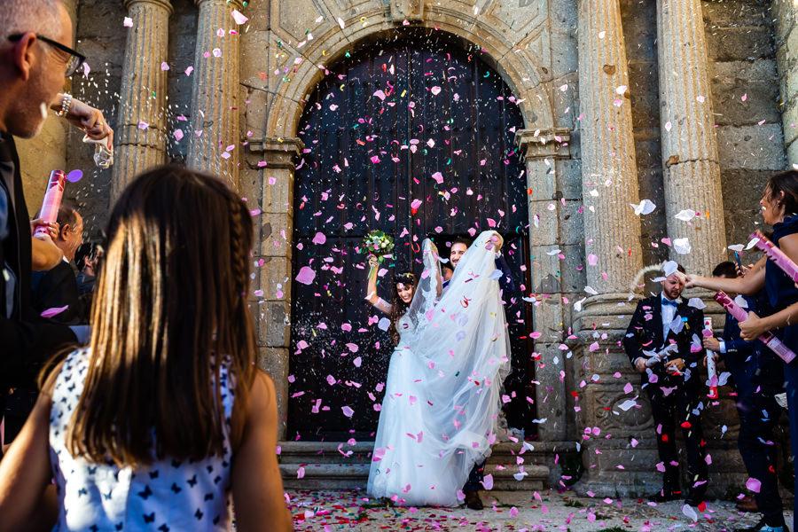 Boda en Hervás de Yolanda e Ignacio, foto realizada por el fotógrafo de bodas en Cáceres Johnny García. Salida con el rito del arroz en la puerta de la iglesia.
