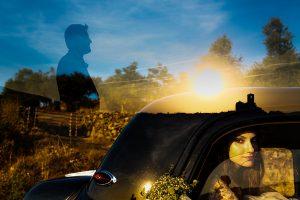 Boda en Hervás de Yolanda e Ignacio, foto realizada por el fotógrafo de bodas en Cáceres Johnny García. Doble exposición fotográfica donde se puede ver a la novia en el interior del coche, la puiesta de sol y un retrato del novio.