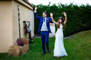 Boda en Hervás de Yolanda e Ignacio, foto realizada por el fotógrafo de bodas en Cáceres Johnny García. Los novios llegan al aperitivo en la Hospedería Valle del Ambroz.