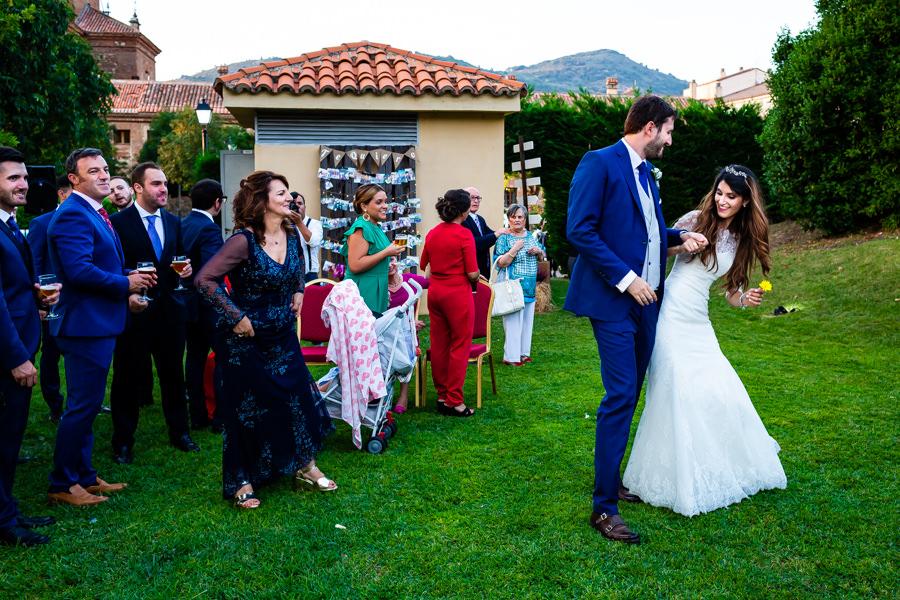 Boda en Hervás de Yolanda e Ignacio, foto realizada por el fotógrafo de bodas en Cáceres Johnny García. La pareja baila a su llegada a la Hospedería.