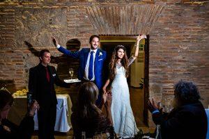 Boda en Hervás de Yolanda e Ignacio, foto realizada por el fotógrafo de bodas en Cáceres Johnny García. Entradaal interior del comedor donde esperaban los invitados.