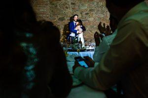 Boda en Hervás de Yolanda e Ignacio, foto realizada por el fotógrafo de bodas en Cáceres Johnny García. Ignacio abraza a Yolanda emocionada.