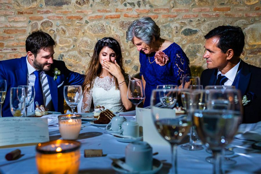 Boda en Hervás de Yolanda e Ignacio, foto realizada por el fotógrafo de bodas en Cáceres Johnny García. Yolanda emocionada ante un regalo que le llevó su abuela.