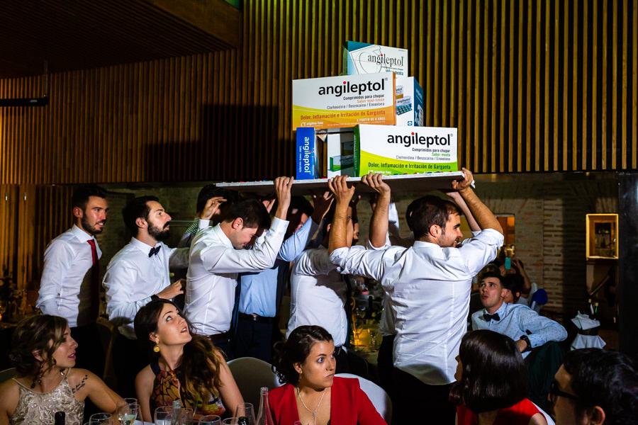 Boda en Hervás de Yolanda e Ignacio, foto realizada por el fotógrafo de bodas en Cáceres Johnny García. Los amigos de los novios llevan un regalo a éstos.