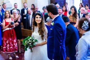 Boda en Hervás de Yolanda e Ignacio, foto realizada por el fotógrafo de bodas en Cáceres Johnny García. Primera mirada de los novios al encontrarse en el altar.