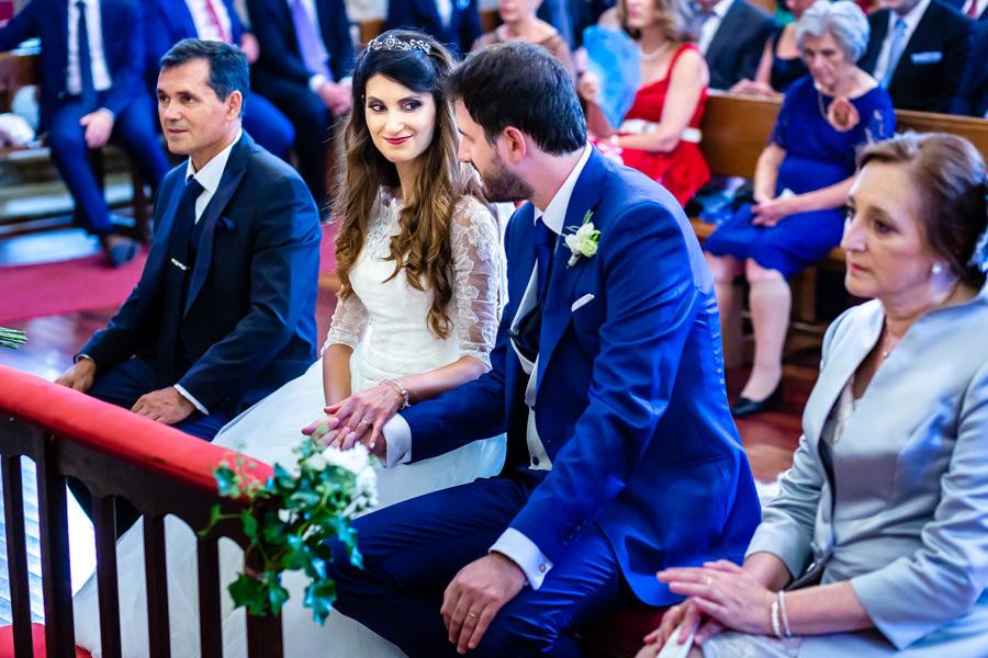 Boda en Hervás de Yolanda e Ignacio, foto realizada por el fotógrafo de bodas en Cáceres Johnny García. Miradas cómplices de la pareja.