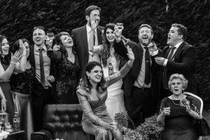 Boda en Hervás de Yolanda e Ignacio, foto realizada por el fotógrafo de bodas en Cáceres Johnny García. Risas entre los familiares de los novios.