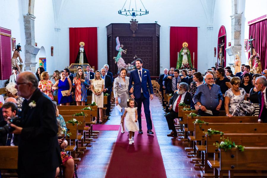Boda en Hervás de Yolanda e Ignacio, foto realizada por el fotógrafo de bodas en Cáceres Johnny García. Entrada del novio a la iglesia.