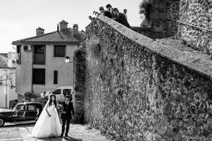 Boda en Hervás de Yolanda e Ignacio, foto realizada por el fotógrafo de bodas en Cáceres Johnny García. La novia llega a la ceremonia del brazo de su padre.