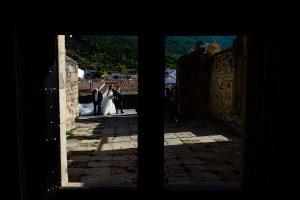 Boda en Hervás de Yolanda e Ignacio, foto realizada por el fotógrafo de bodas en Cáceres Johnny García. La novia se acerca a la Iglesia de Santa María.