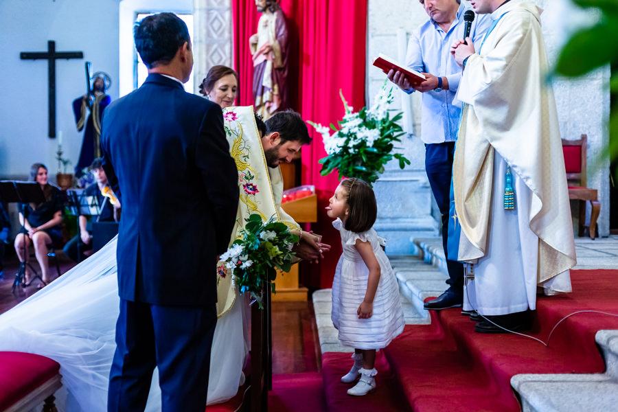 Boda en Hervás de Yolanda e Ignacio, foto realizada por el fotógrafo de bodas en Cáceres Johnny García. La sobrina de los novios se aproxima en medio del ritual para sacarle la lengua a los novios.