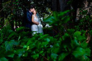 Boda en Puerto de Béjar de Susana y Benjamín, realizada por el fotógrafo de bodas en Guijuelo Johnny García. La pareja entre unas plantas verdes.