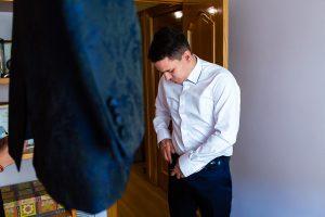 Boda en Puerto de Béjar de Susana y Benjamín, realizada por el fotógrafo de bodas en Guijuelo Johnny García. El novio se empieza a vestir.
