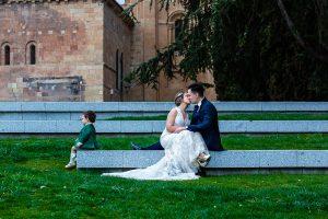 Boda en Puerto de Béjar de Susana y Benjamín, realizada por el fotógrafo de bodas en Guijuelo Johnny García. La pareja por las calles de Salamanca.